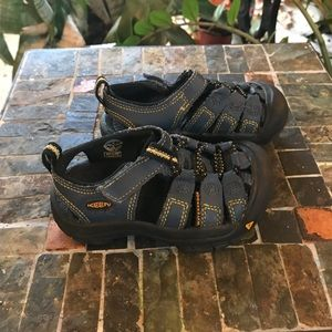 KEEN BOYS HIKING/WATER SANDALS SZ 8